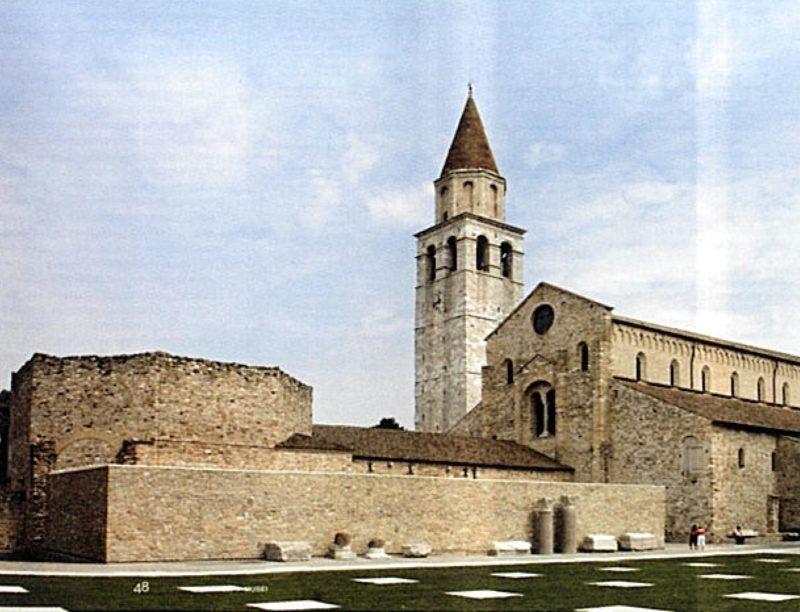 Aquileia (Udine), vista della Sudhalle ricostruita per ragioni museografiche e di conservazione dei reperti artistici, di scavo, al suo interno