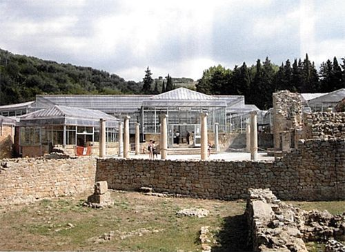 Piazza Armerina (Enna), villa romana del Casale, sistemazione curata da Franco Minissi con grande attenzione alla migliore comprensibilità dell'antico manufatto e al rapporto col paesaggio circostante